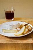 Camembert with pears, white bread and red wine