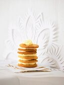 Biscuits layered with white chocolate cream