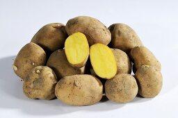 Kartoffeln (Sorte Mehliger Mühlviertel), ganz und halbiert