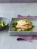 Gedämpfte Strudelpäckchen mit Schichtkäse auf gedünstetem Salat