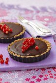 Chocolate tartlets with redcurrants