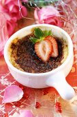 Crème brûlée with fresh strawberry