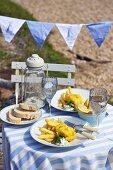 Fish and Chips auf Tisch am Strand