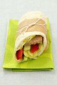 Tortilla Wrap mit Hackbraten, Salat, Paprika und Gurke gefüllt