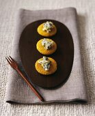Maize cakes with cabrales (Spanish blue cheese) and honey