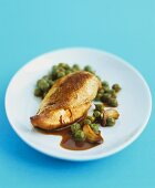 Chicken breast with saffron sauce, garlic and peas