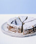 Olive oil and Sauternes cake with lavender icing
