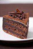 Ein Stück Schokoladentorte mit Schokospänen