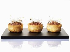 Mini vol-au-vents with chopped meat and cardamon