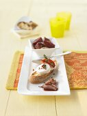 Toast with goats' cheese and red wine shallots