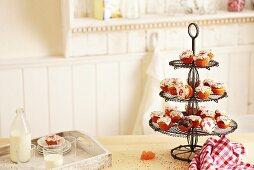 Adventskalender-Cupcakes auf Etagere