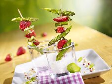 Grilled green asparagus with strawberries