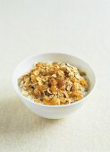 Muesli with raisins, cinnamon, honey and milk