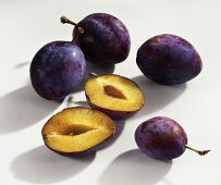 Whole and halved plums (variety: Auerbach)