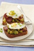 Wholemeal bread with chorizo, green pepper and quail's eggs