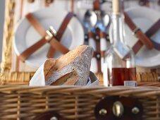Brot und Wein im Picknickkorb