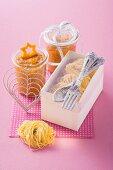 Saffron pasta and tomato pesto as a gift