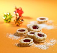 Jam biscuits sprinkled with icing sugar (Christmas)