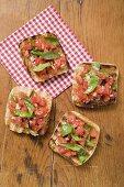 Bruschetta mit Tomatensalsa und Basilikum