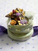 Schokolade mit Veilchen, Nüssen, Cranberries & Pinienkernen