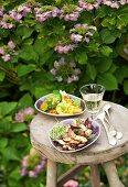 Marinierte Pilze und spanisches Safrangemüse auf Hocker im Freien