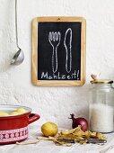 Tafel mit der Aufschrift Mahlzeit in Studentenküche