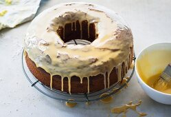 A wreath-shaped cappuccino marble cake with icing sugar