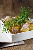 Kartoffelgratin mit Knoblauch und Rosmarin