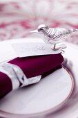 Weihnachtliches Gedeck mit Namensschild und Vogel