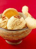 Caramel ice cream with biscuits