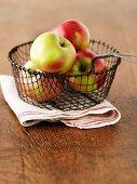 Frische Äpfel im Drahtkorb