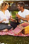 Paar trinkt Sekt beim Picknick