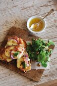 Welsh rarebit with bacon and red onions