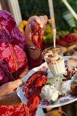Teller mit Flusskrebs und verschiedenen Vorspeisen
