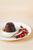Gebackener Schokoladen-Nuss-Pudding mit Beeren