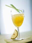 Sour Cocktail mit Zitrone