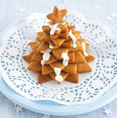 Biscuits stacked in the shape of a Christmas tree with icing sugar