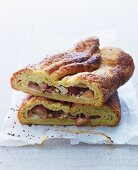 Yeast cake with an apple filling