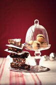 Chocolate triangles with nuts and amaretti with chocolate cream