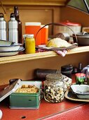 Regal mit Küchenutensilien in einem Wohnwagen