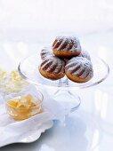 Kleine Hefekuchen mit Apfelmarmelade und Ricotta