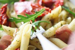 Penne al prosciutto (pasta with ham, tomatoes and rocket)