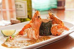 Shrimps mit Algensalat und Currysauce (Asien)