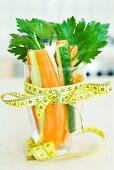 Gemüsesticks im Glas mit Massband