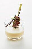 Bohnensuppe mit Vanille und Rehfiletspieß