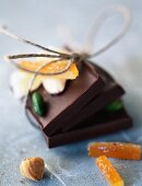 Schokoladenstücke mit Haselnüssen und kandierten Früchten