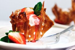 Mascarpone pudding with strawberries in a wafer dish