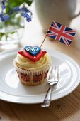A Jubilee cupcake decorated with a flag (England)