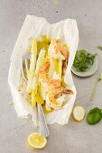 White asparagus and prawns cooked in paper