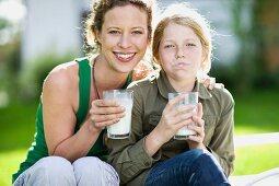 Mutter und Tochter trinken Milch